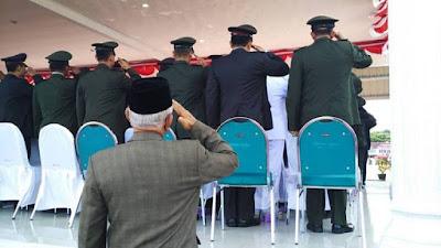 """Ditempatkan Di Luar Tenda, Veteran : """"Ndak Apa, Kami Di Belakang Saja"""". Dengan Wajah Sendu - Commando"""