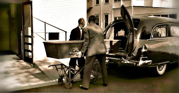 Einstein'in cenazesi arabaya yüklenirken