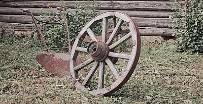 捨て置かれた車輪と荷物運搬用の一輪車