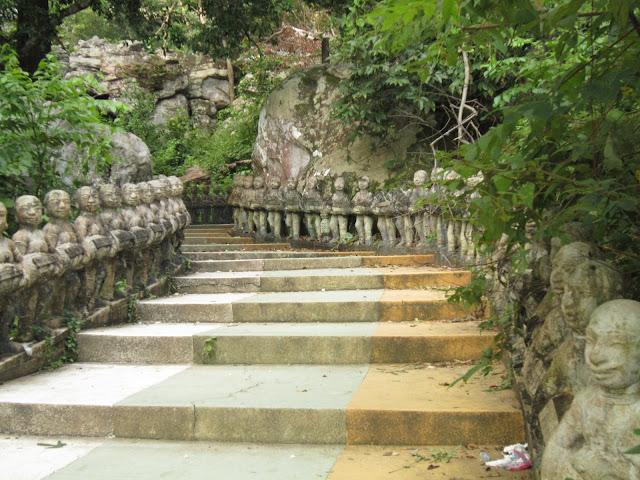 Escaleras hacia el santuario-montaña Phnom Santuk cerca de Kompong Thom en Camboya