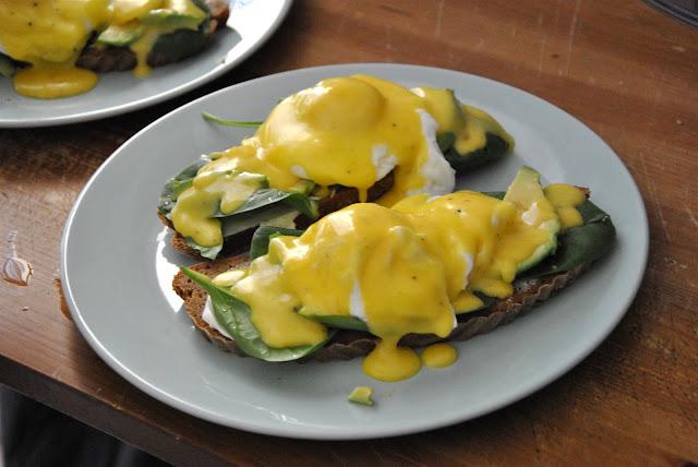 Eggs Benedict mit Sauce Hollandaise auf Avocadostulle