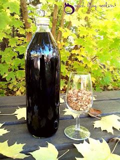 Le vin de noix mis en bouteille