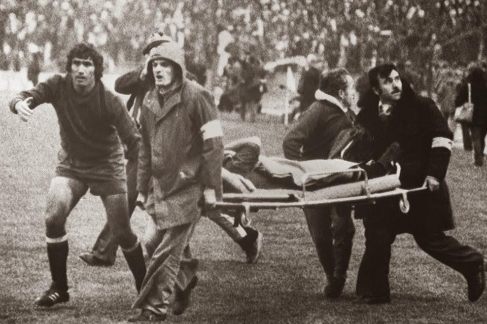 Juanito retirado del terreno de juego en camilla con la ayuda del meta español Arconada