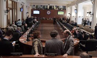 La resolución exige que se reinstaure la separación de poderes en el país sudamericano
