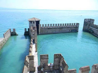 Istana Tenggelam, terbiar di Lake Garda, Italy