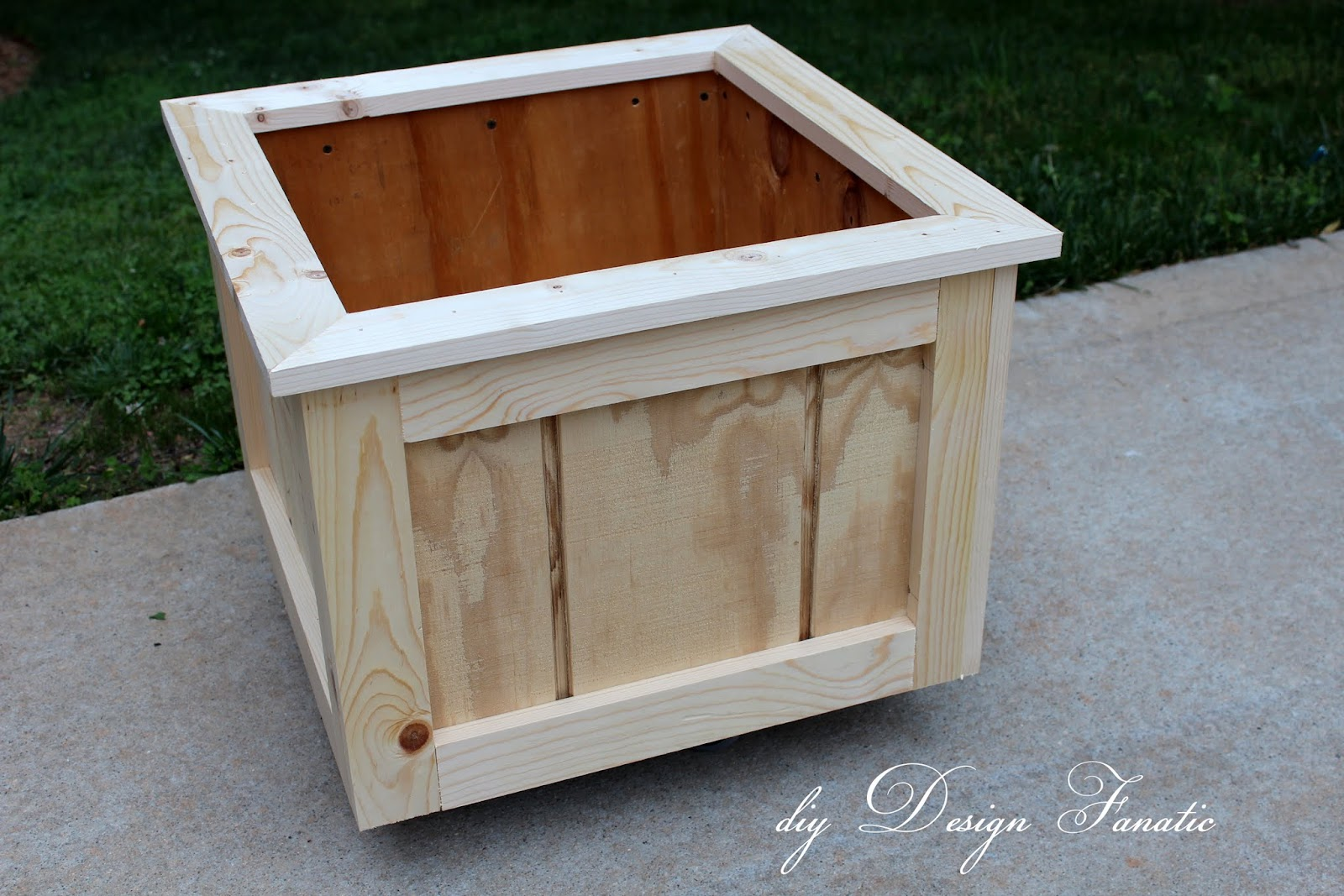Diy design fanatic how to make a wood planter box for How to make a flower box out of pallets