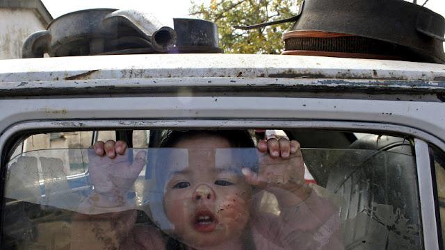 Alertan que quedarse en el coche bajo el sol causaría la muerte a niños en una hora
