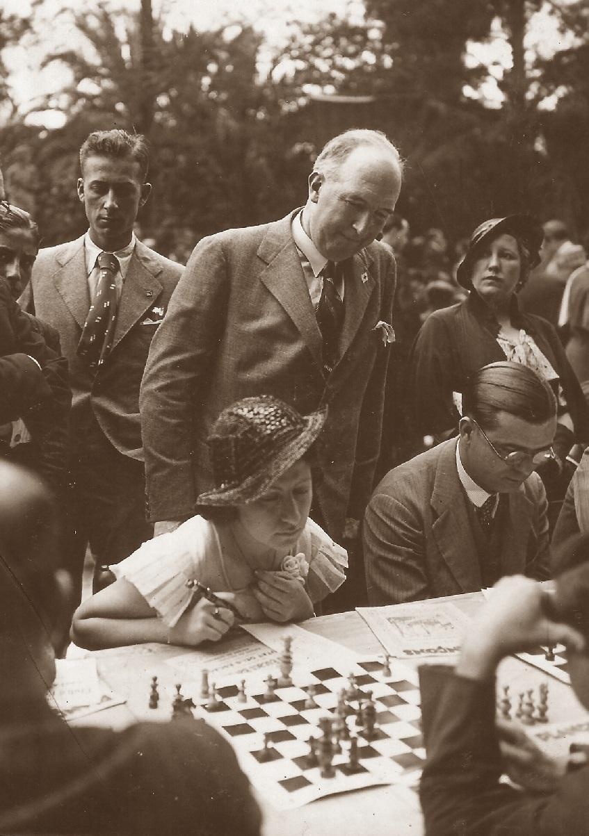 El ajedrecista Manuel Golmayo, en los Jardines Arnús en 1933