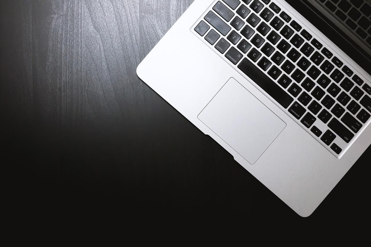 image-bloguer-blogging-ordinateur