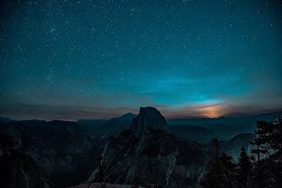 Preciosas montañas de noche