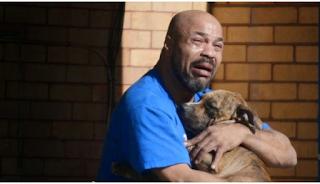 Ο σκύλος του πέθανε στην αγκαλιά του και ο σπαραγμός του κάνει το γύρο όλου του κόσμου