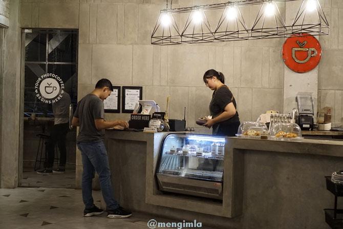 Pramusaji dan Pengunjung kedai kopi