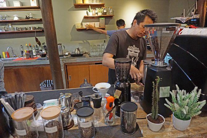 Barsita Stereos Coffee sedang meracik kopi