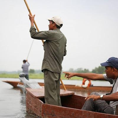Paseando en canoa por el río Rapti de Chitwan
