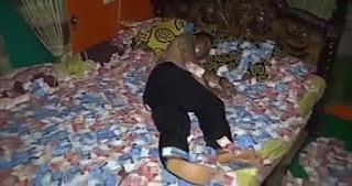 HEBOH, Seorang Kepala Desa di Mojokerto Pamer Tidur di Atas Tumpukan Uang, Ini Video ViralnyaayLihat