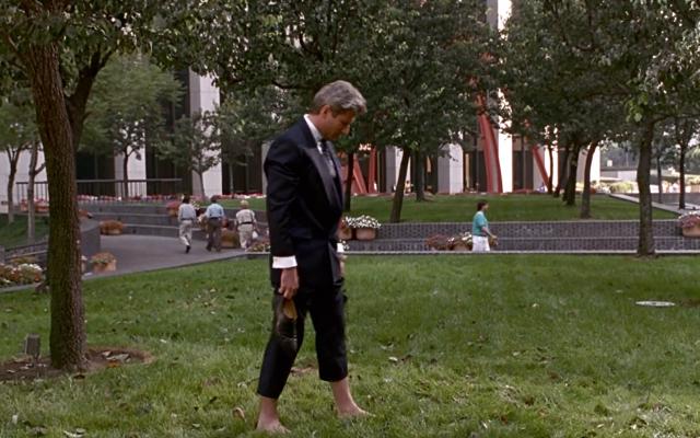 Edward anda descalço na grama