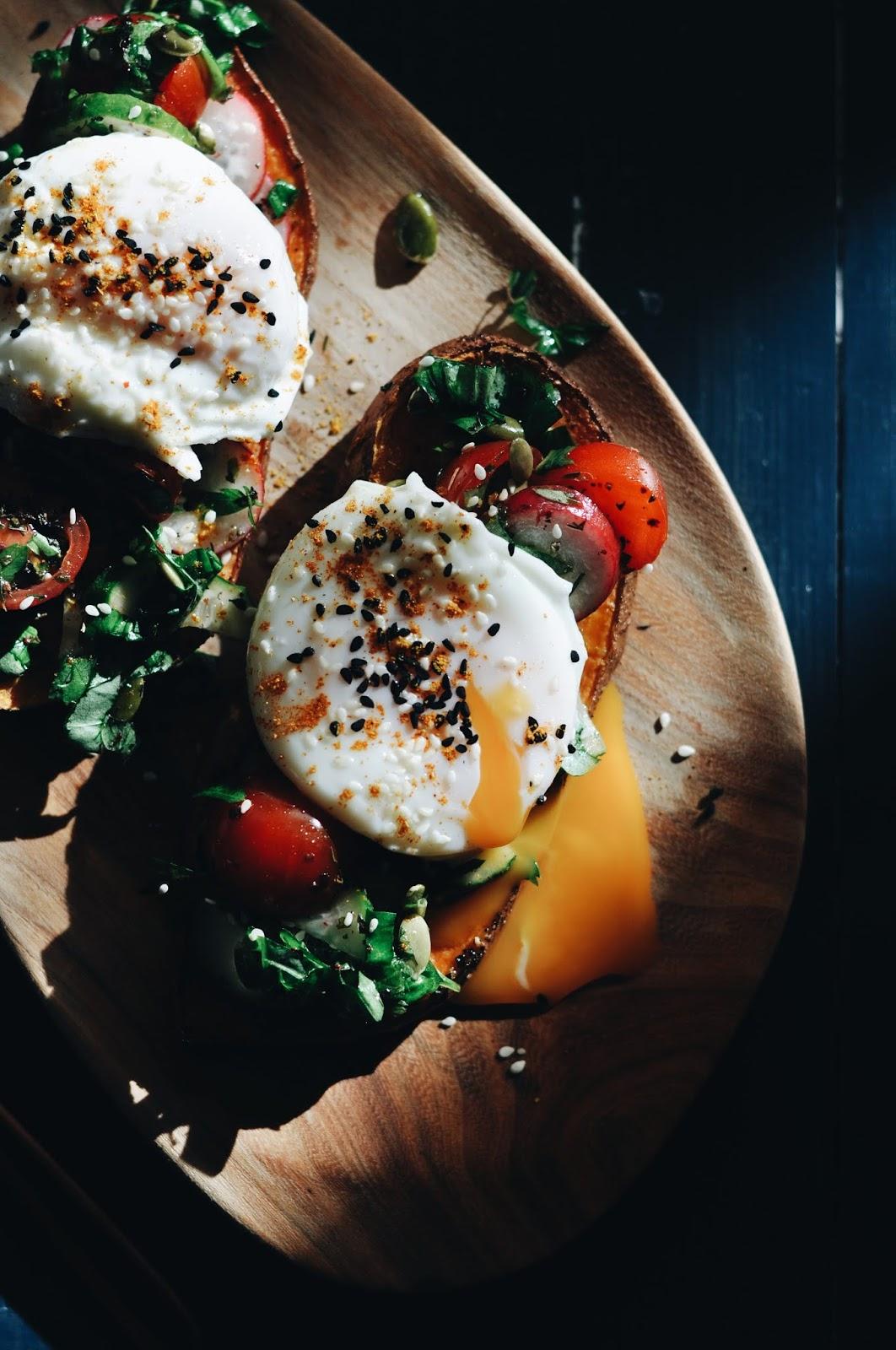 Plaucētas olas ar zaļumu salātiem un krāsnī ceptu batāti - #pieliecolu!