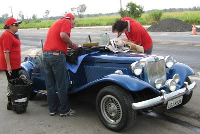 De editor do site do MP à vidraceiro improvisado: Jean Tosetto ajuda na remoção dos cacos de vidro, usando uma chave de fenda para retirar a borracha do requadramento, durante o passeio do Clube MP Lafer Brasil para Campos do Jordão em 2011.