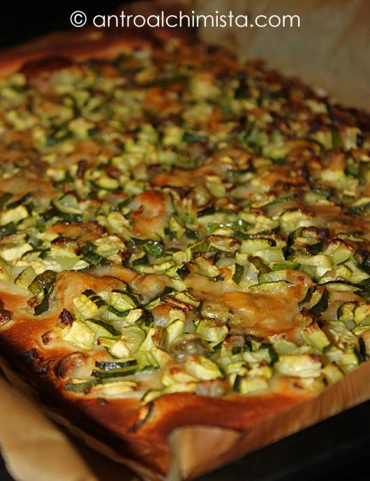 Pizza Bianca con Zucchine, Cipolle e Scaglie di Parmigiano