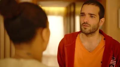 Sandro (Humberto Carrão) se revolta com Vitória (Taís Araujo)