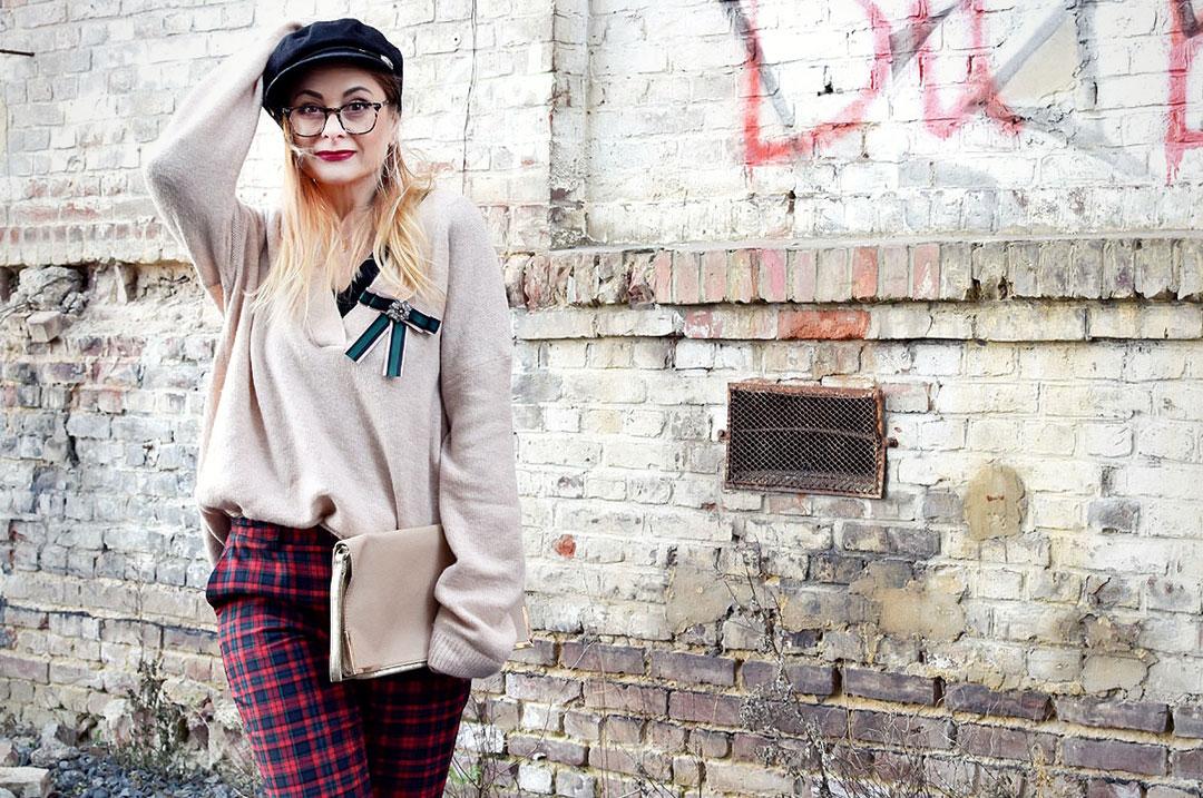 karierte Hose und Schleifenbrosche, Modeblog für Frauen über 30 und 40