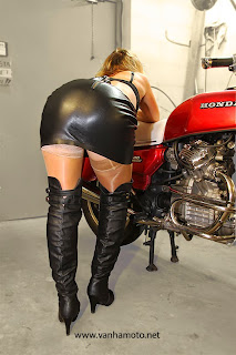 Honda CX 500, nahkahame, nahkaminihame, korkosaappaat, stay up, isot rinnat - leather skirt, leather miniskirt, stay ups, high heel boots, big breasts