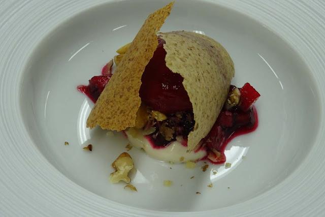 Vorspeise mit Rote Bete,Walnuß, Brotchip im Restaurant Dallmayr