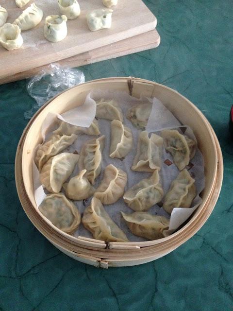 gestoomde dumplings (jiaozi) in een bamboe stoommandje
