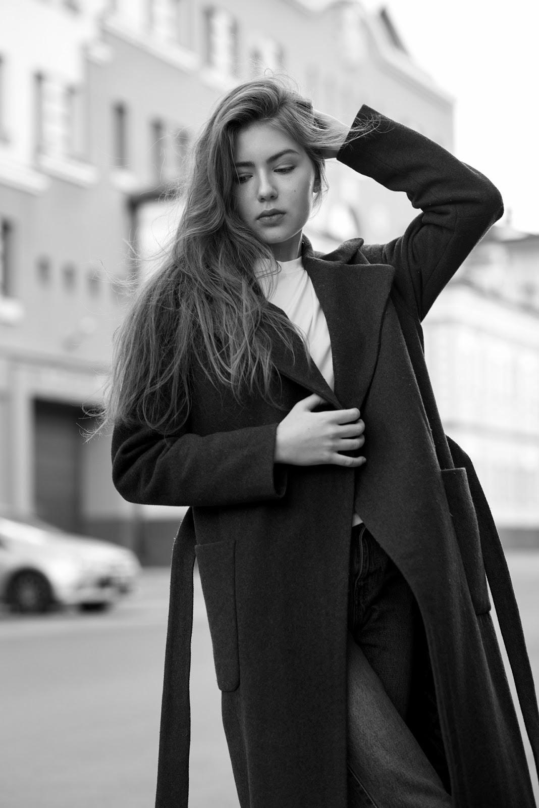 Черно-белый фотопортрет в городе