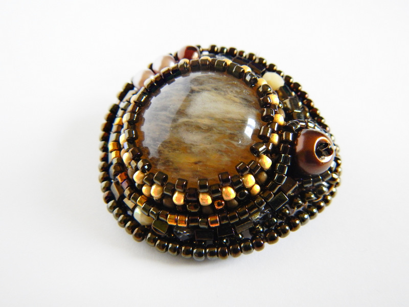 Broszka z kwarcem wykonana haftem koralikowym