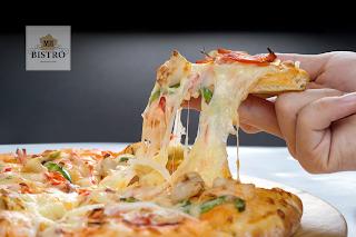 Pizza với đế bánh tự làm tại nhà hàng MH Bistro
