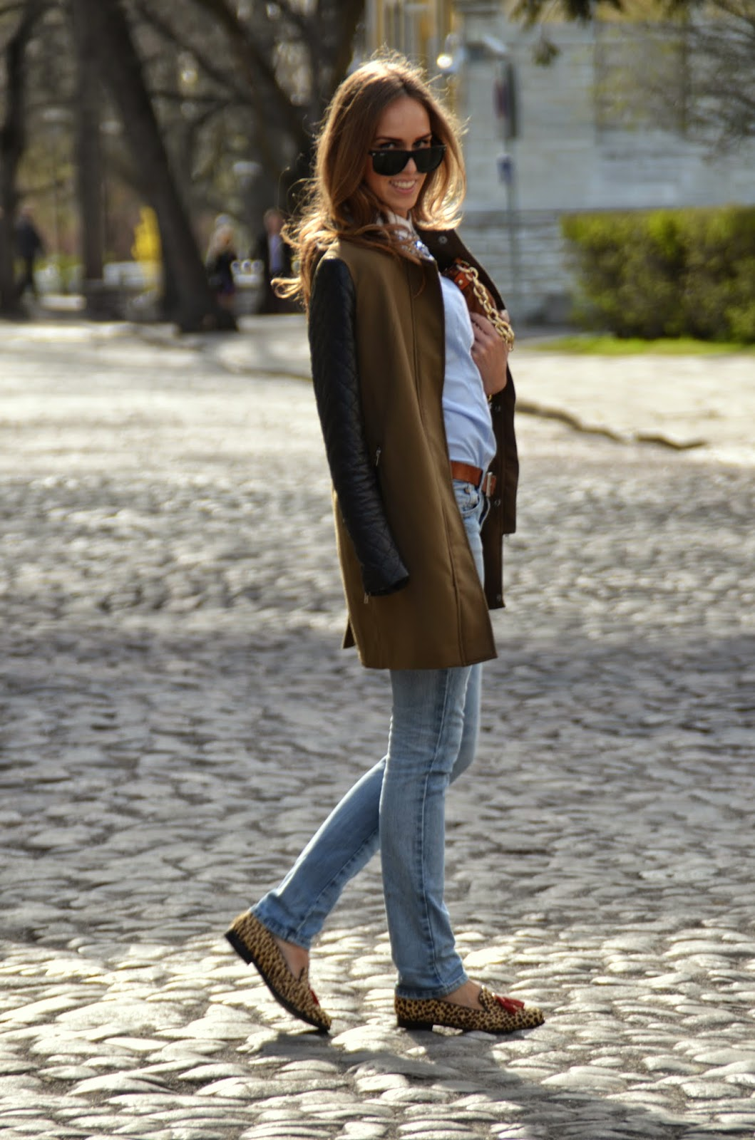 green-coat-jeans-leopard-shoes-spring-outfit