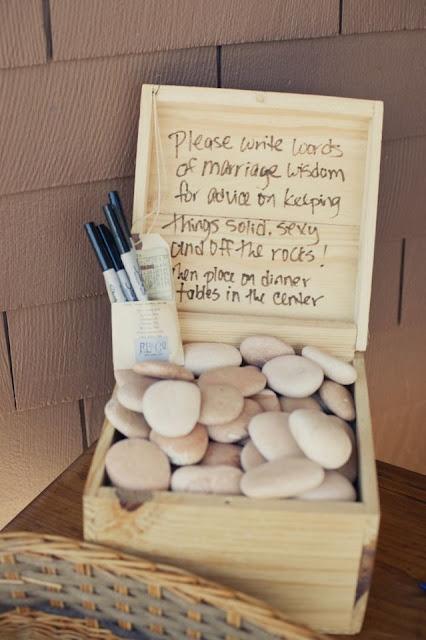 Piedras para que tus invitados dejen un mensaje - Foto: www.atodoconfetti.com