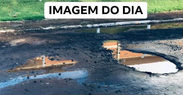Roncador: Rua Curitiba aos buracos...
