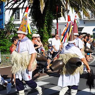 Joaldunak défilant à Hendaye. Source : Mes Vacances à Hendaye