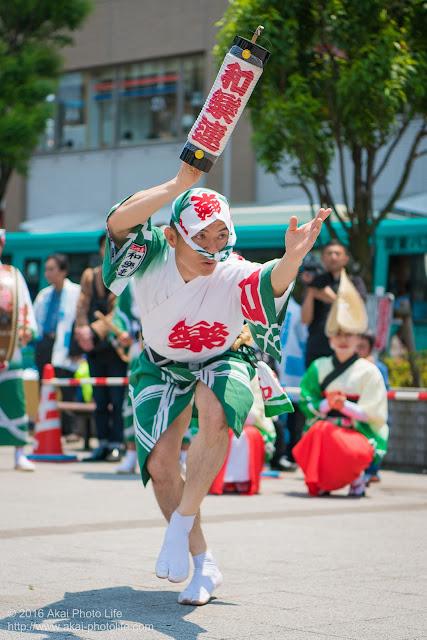 高円寺北口広場、阿波踊り、和楽連の舞台踊り、男踊りの写真