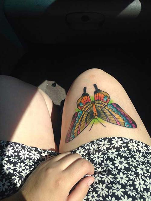 kadın üst bacak renkli kelebek dövmesi woman thigh colorful butetrfly tattoo