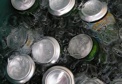 gambar minuman dingin dalam kemasan kaleng dan botol