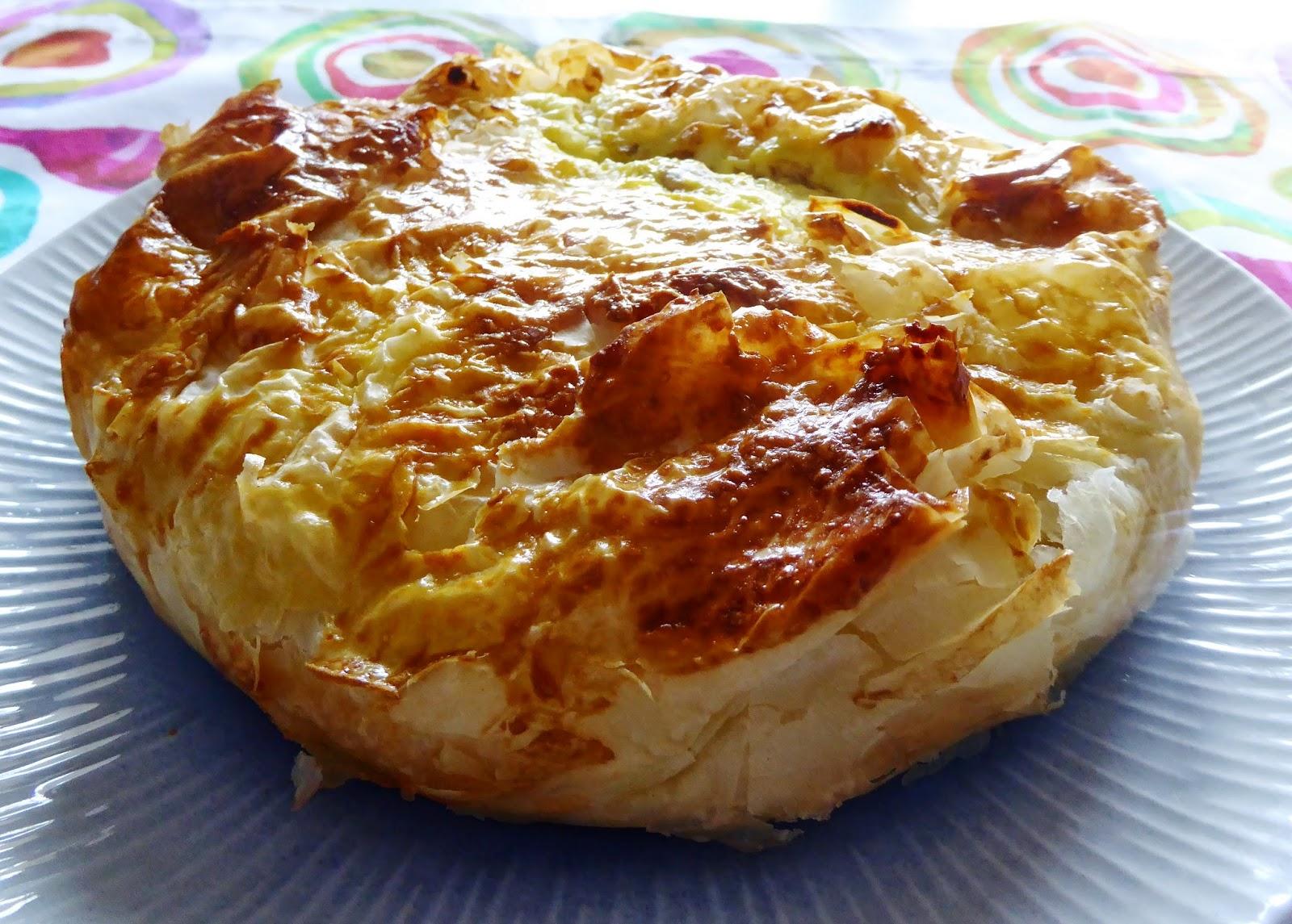 una deliziosa torta salata di pasta fillo con formaggio