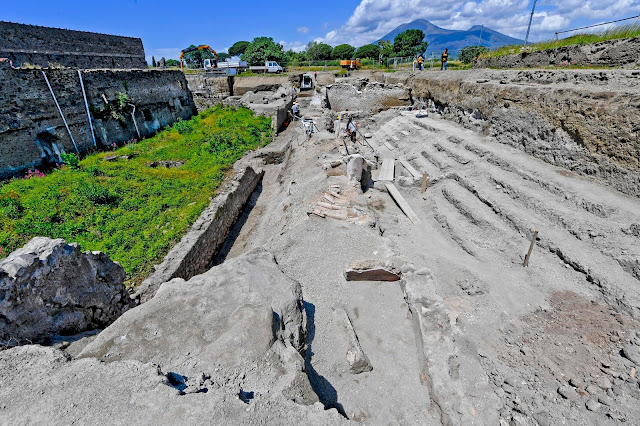 'Alley of balconies' uncovered at Pompeii