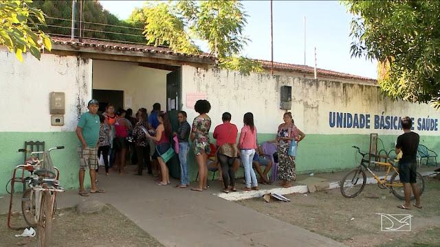 Pacientes dormem em fila para conseguir atendimento no Maranhão