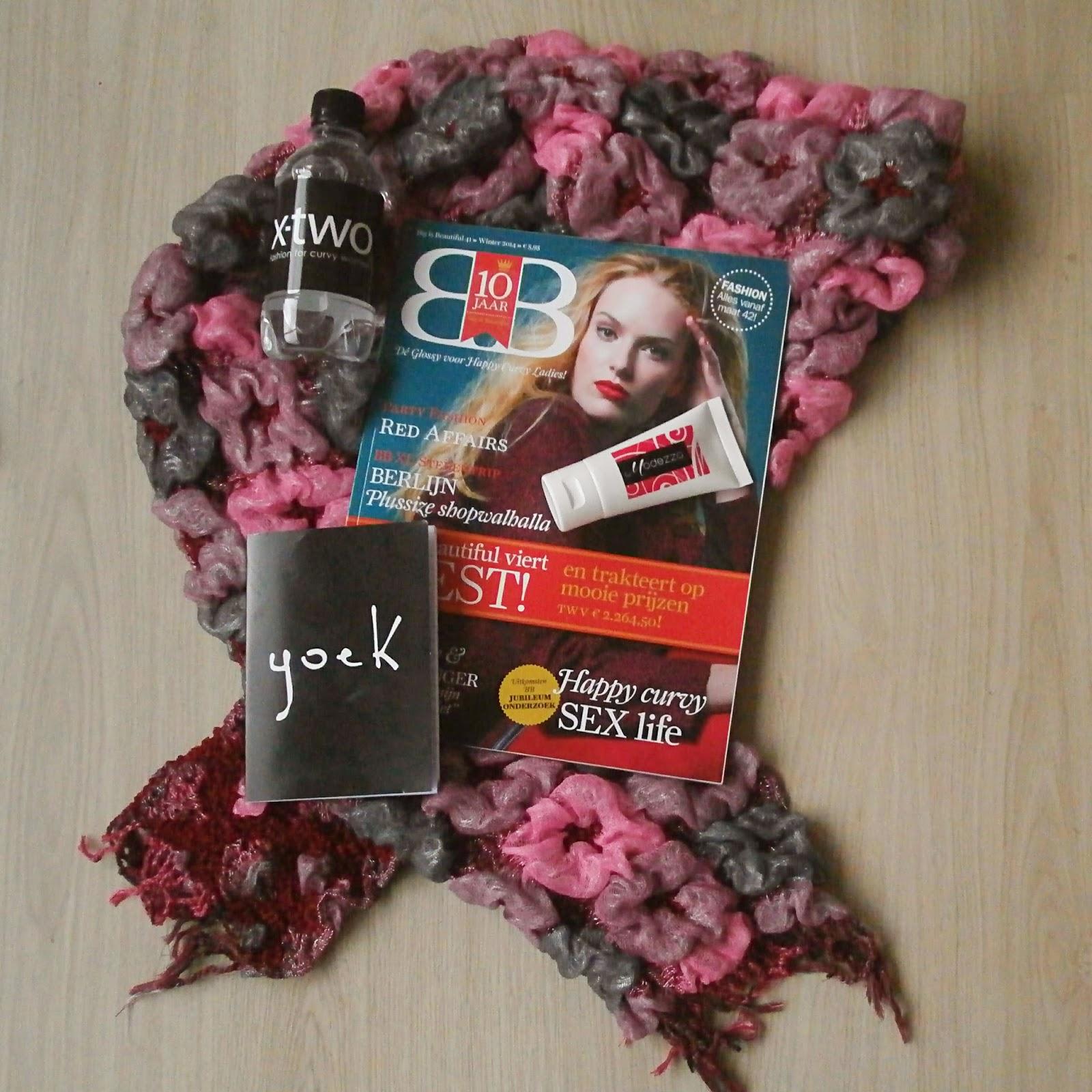Een klein deel van de inhoud van de goodiebag  Big is Beautiful Magazine,  een sjaal, Handcremé, flesje water en een notitieboekje a60dc868c48