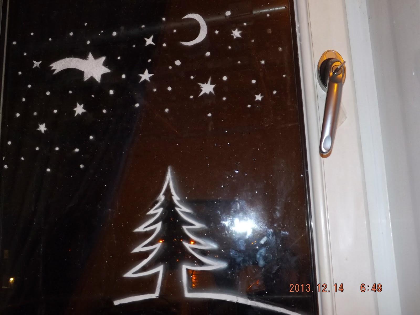 Már fel lett fújva a hold, a csillagok, egy hullócsillag és a karácsonyfa is műhóból