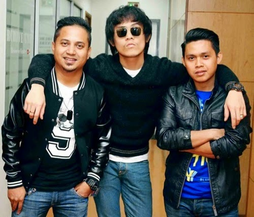 Lagu Potret – Akim and The Majistret, video lagu Potret, video muzik Potret, download video lagu Potret di YouTube, lirik lagu Potret penyanyi Akim and The Majistret, gambar Akim and The Majistret, foto Akim AF7, Akim Akademi Fantasia 2009, Akim AF2009, Akim Ahmad, Afiq Hakim bin Ahmad, lagu hits terbaik 2015, lagu popular, carta lagu terkini