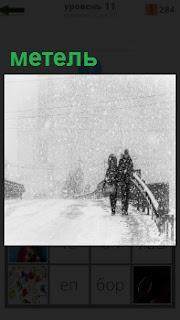 По мосту передвигаются люди в снежную метель, плохая видимость