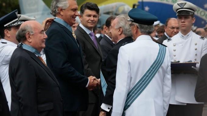 Caiado recebe maior condecoração da Força Aérea Brasileira