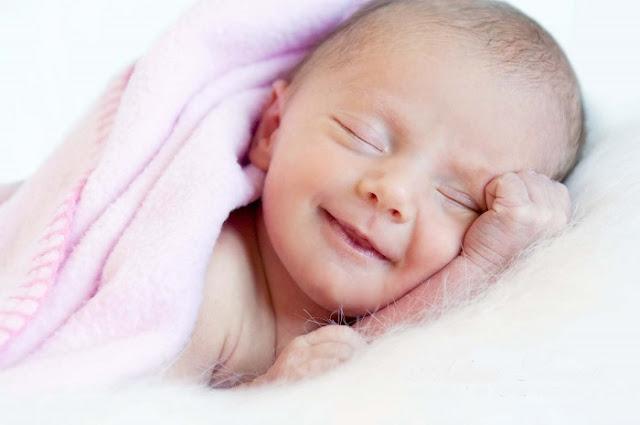 حقيقة ابتسام الاطفال حديثي الولادة