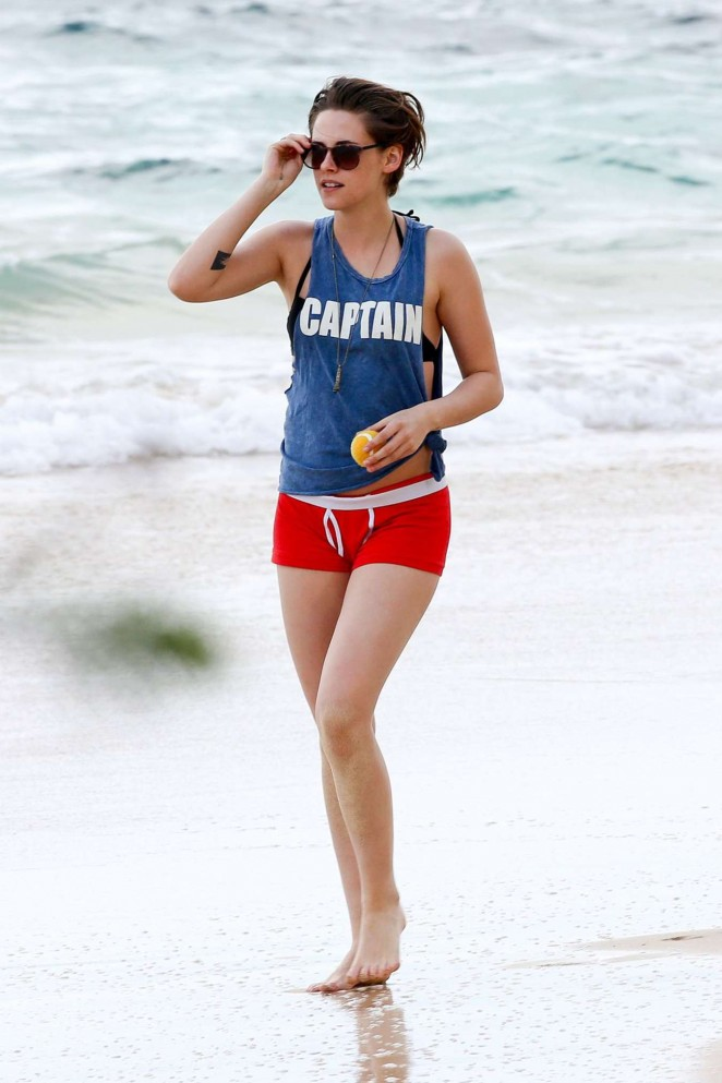 Kristen Stewart shows off toned legs in red shorts on Honolulu beach