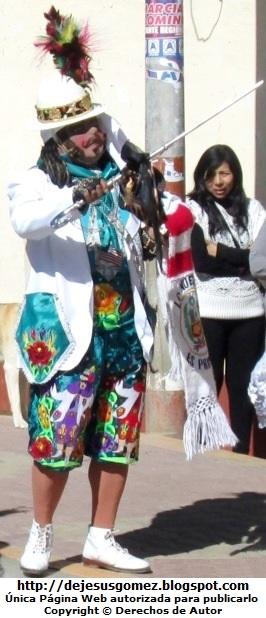 Foto de un príncipe o chapetón bailando en plena presentación con vestimenta de color claro y llamativo (Santa Cruz de Andamarca - Huaral - Lima - Perú). Foto del Príncipe o chapetón tomada por Jesus Gómez