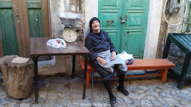Greczynka oparta o ścinę odpoczywa na ławce Mesta Grecja